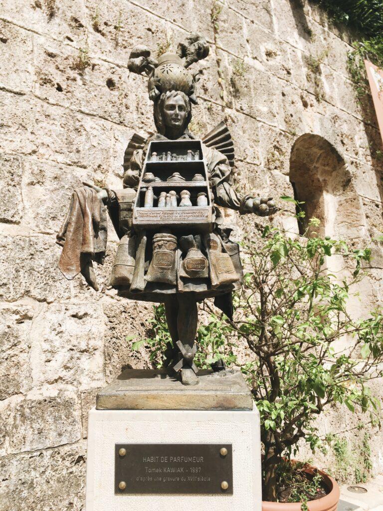 statua del profumiere a grasse